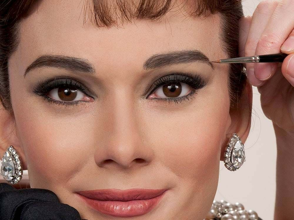 10 A. Hepburn patarimų, kaip moteriai visada atrodyti kerinčiai