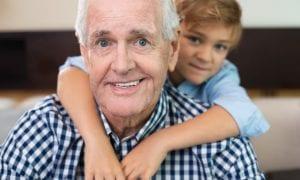 Ar gali vaiką pas gydytoją atvesti seneliai?