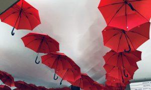Piktybinę ligą simbolizuoja skėčiai