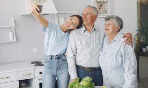 Anūkų optimizmas gydo senelius