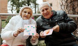 Šimtai Kauno ir Jonavos senjorų sulaukė vaikų sveikinimų: jautrios žinutės pasiekė senjorų širdis