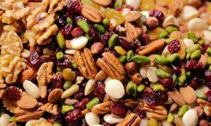 Vitaminų skrynelė: kodėl užkandžiui turėtumėte rinktis džiovintus vaisius ir riešutus
